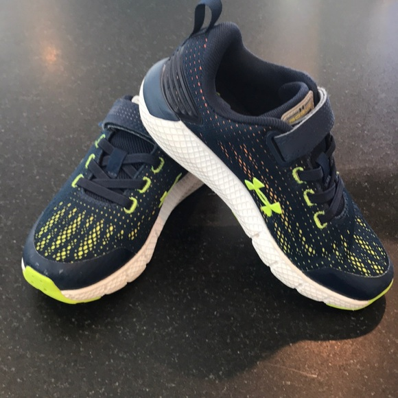 dccc3f346178 Under Armour Boys  Charged Rogue Running Shoes. M 5c5cbb548ad2f9eb6e627525
